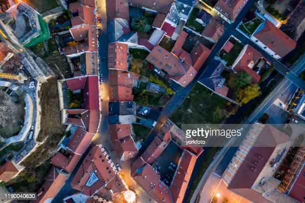 夜間の市街地を飛ぶ - ライデン ストックフォトと画像