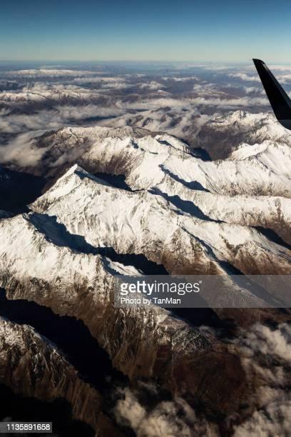 flying over the southern alps of new zealand. - alpes do sul da nova zelândia - fotografias e filmes do acervo