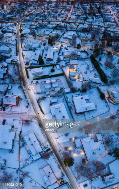 survol de la zone de villa, coucher de soleil d'hiver - stockholm photos et images de collection