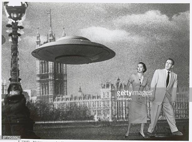 Flying saucer landing near Parliament in London, England with the stars Hugh Marlowe and Joan Taylor looking on. Publicity still for the Hollywood...