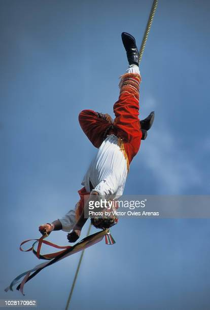 "flying totonac man from papantla, performing the ""dance of the flyers"" ritual in veracruz, mexico - victor ovies fotografías e imágenes de stock"
