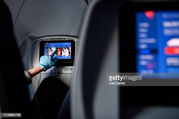 voler avec le gant protecteur pendant la pandémie de coronavirus - delta air lines photos et images de collection