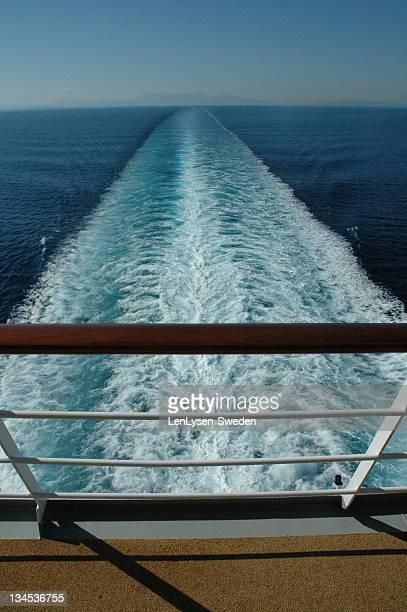 foaming water at stern of cruise ship - heck stock-fotos und bilder