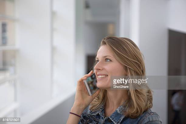 Gros plan sur une femme souriant