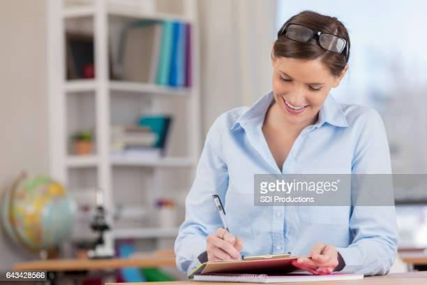Fokussierte Grundschule Lehrer Noten Papiere vor der Klasse