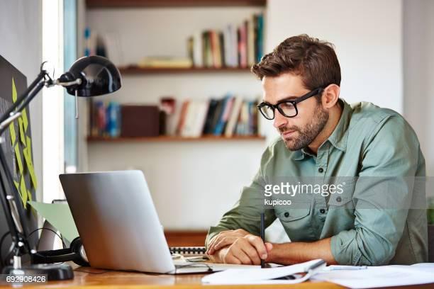 dich auf seine arbeit - laptop benutzen stock-fotos und bilder