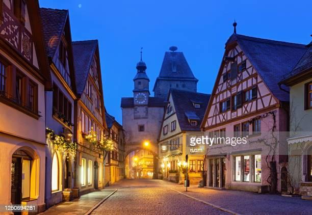 fog at christmas night in rothenburg ob der tauber, bavaria, germany - dorf stock-fotos und bilder