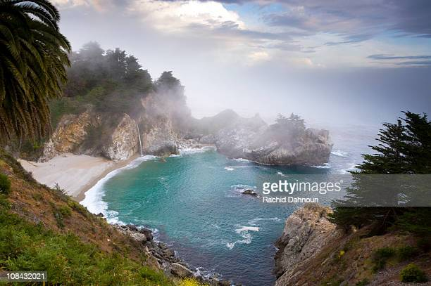 fog rolls in at the classic big sur overlook in julia pfeiffer burns state park in california. - mcway falls stock pictures, royalty-free photos & images