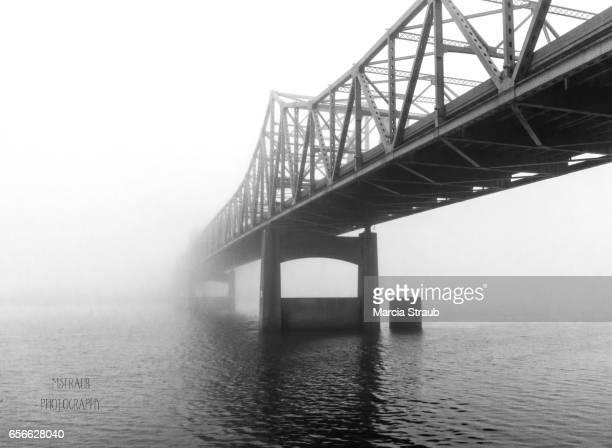 foggy bridge in black and white - ペオリア ストックフォトと画像