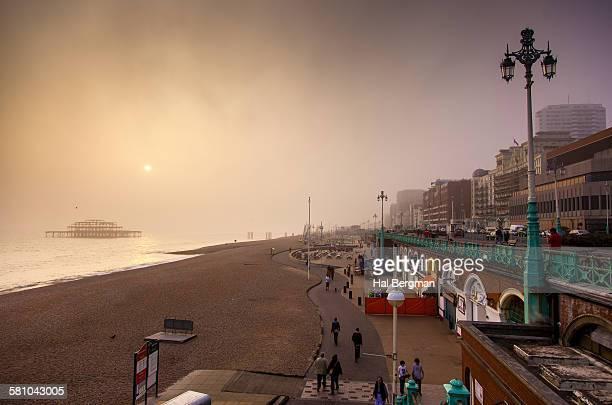 foggy brighton sunset - 英国 ブライトン ストックフォトと画像