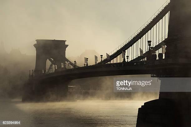 foggy chain bridge, budapest - ponte széchenyi lánchíd - fotografias e filmes do acervo