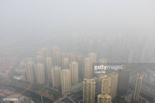 foggy city aerial view - liyao xie photos et images de collection