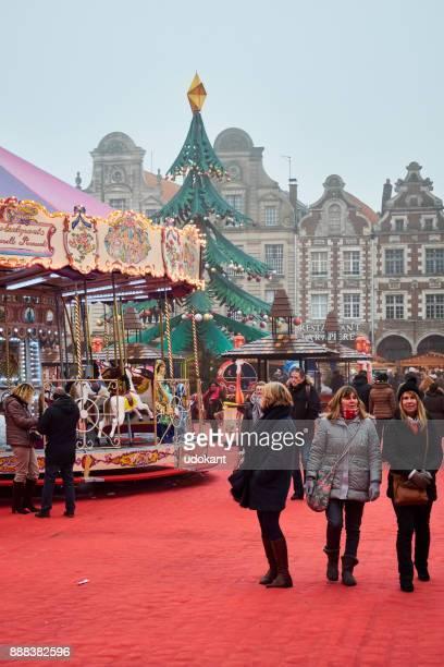 アラス、フランスで 12 月の霧の日。一部の人々 は、いくつかのショッピングを行います。 - アラス ストックフォトと画像