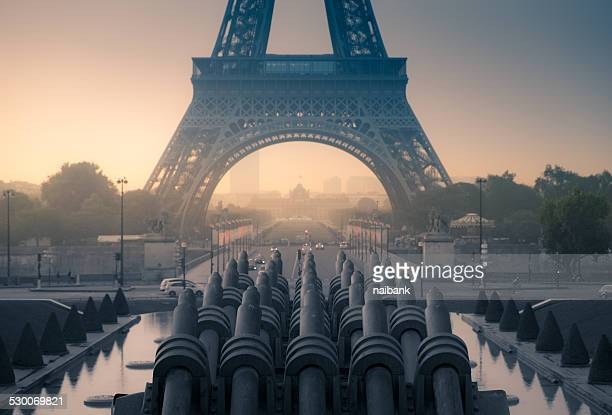 foggy eiffel tower - esplanade du trocadero stock pictures, royalty-free photos & images