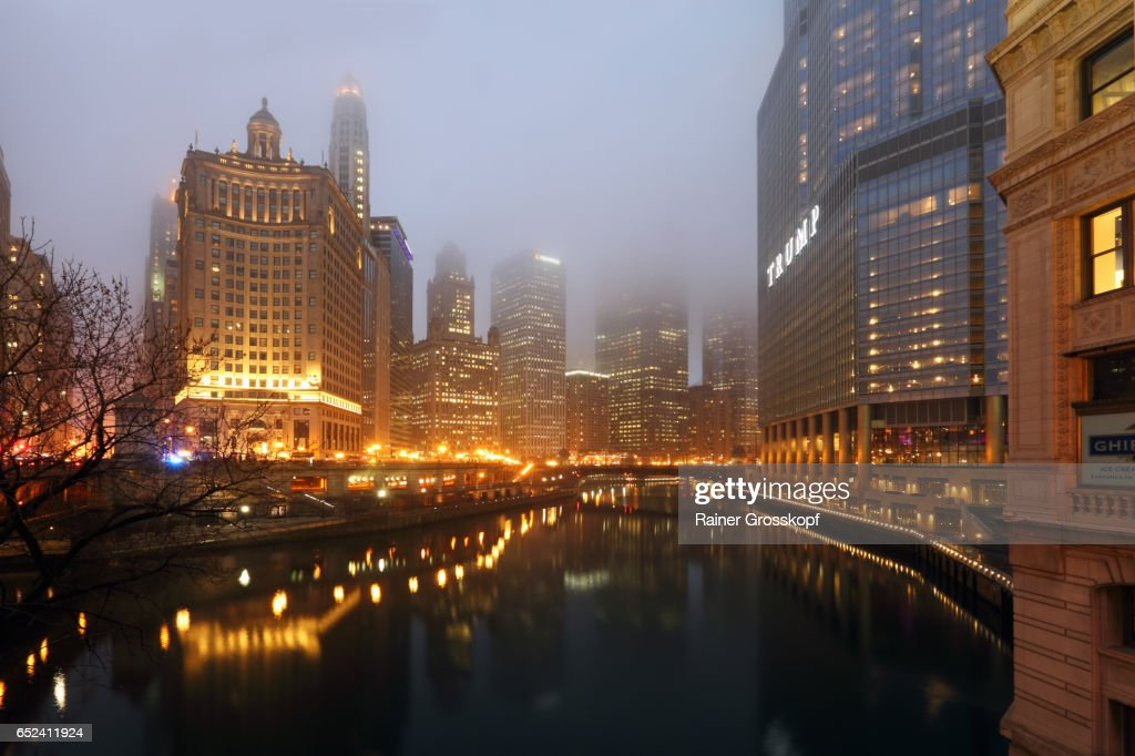 Foggy evening in Downtown Chicago : Stock-Foto