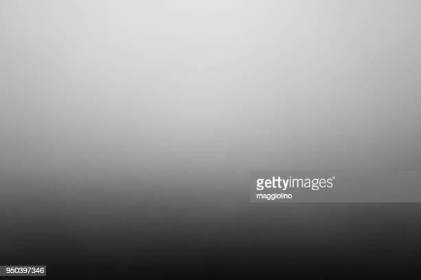 foggy weather - niebla fotografías e imágenes de stock