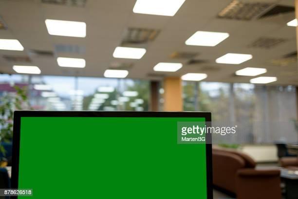 fogreen screen at office - chroma key foto e immagini stock