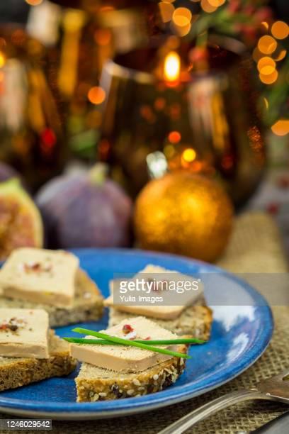 foie gras on wholewheat bread with juicy ripe figs - gras fotografías e imágenes de stock