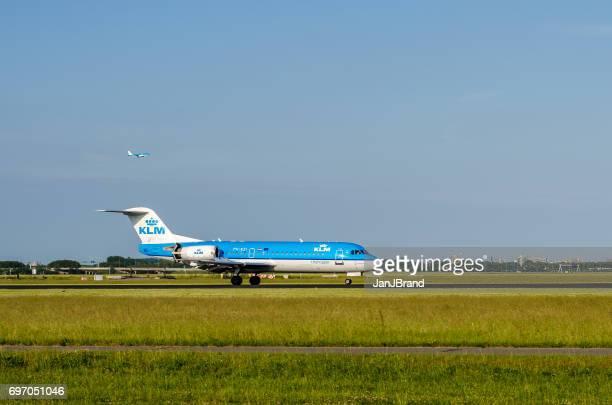 Fokker 70 van KLM Cityhopper landing op Schiphol