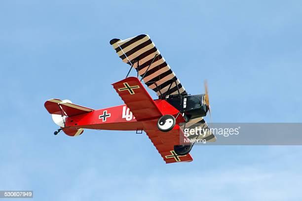 fokker dvii biplane in red lothar von richthofen paint scheme - ww1 aircraft stock pictures, royalty-free photos & images