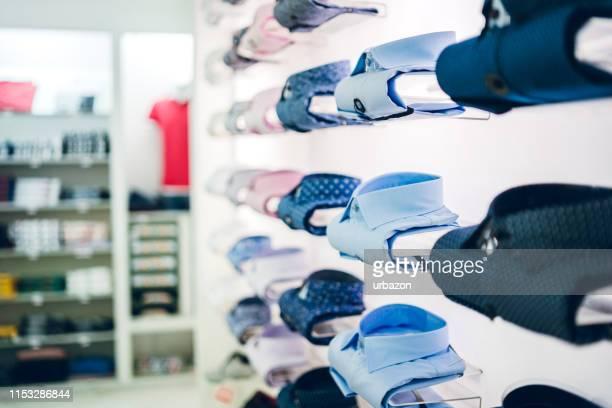 camicie colorate piegate - abbigliamento da uomo foto e immagini stock
