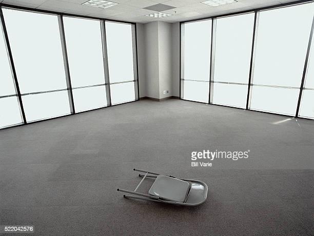 folding chair in empty office - cadeira dobrável - fotografias e filmes do acervo