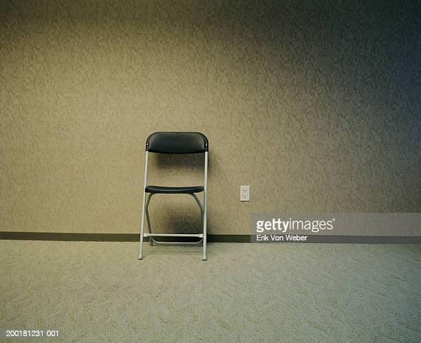 folding chair in empty room - cadeira dobrável - fotografias e filmes do acervo