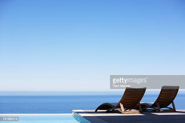 Faltbarer Liegestühle am infinity-pool und deck