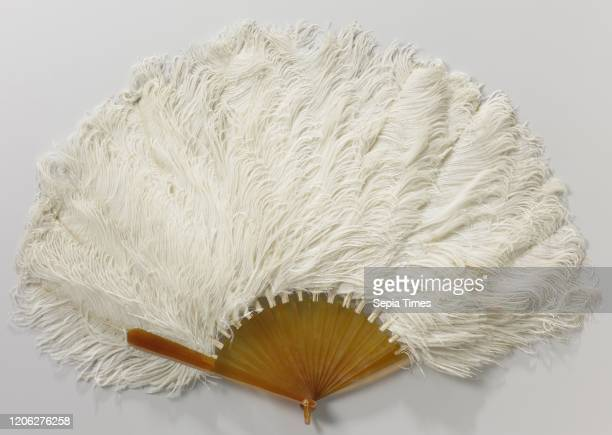 Folding fan with a support part of white ostrich feathers on a raw blond turtle frame Folding fan with a support part of white ostrich on an...