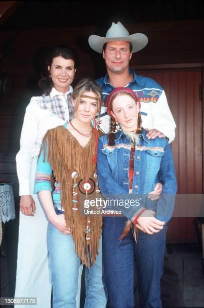 Charly im Wilden Westen / Dr. Henning soll sich um die Pferde eines Westernclubs kümmern. Das nehmen alle zur Gelegenheit, um sich im Western-Outfit...