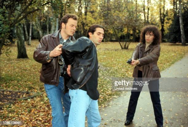 Feiglinge / Hennig und Harry nehmen einen Dealer fest. / Überschrift: GROßSTADTREVIER / D 1998.