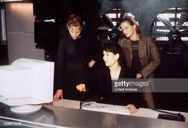 Projekt Brainstorm / Szene mit JACQUELINE KISKERIE, BRIGITTE KARNER und DOREEN JACOBI. / Überschrift: HELICOPS - EINSATZ ÜBER BERLIN / BRD 1998,...