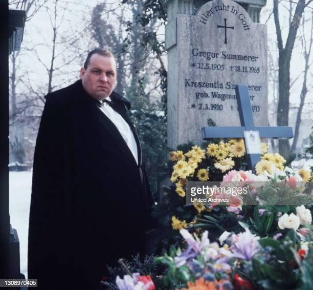 Schweres Erbe Die Beerdigung des Summerer ist das Ereignis im Viertel. Aus Düsseldorf reist Felix an, der einzige Sohn des Summerer und somit...