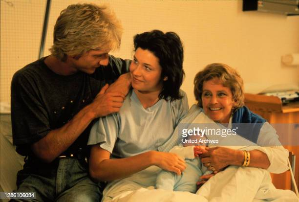 """Titian / Alex ist hochschwanger. Auf dem Weg ins Krankenhaus bringt sie das Baby """"Titian"""" im Taxi zur Welt... / SÖNKE WORTMANN / JULIA HEINEMANN /..."""