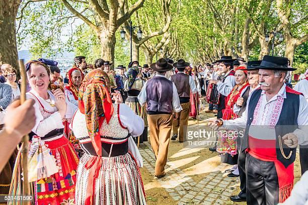 folclórica dançarinos deixando o palco após o seu desempenho - sul europeu - fotografias e filmes do acervo