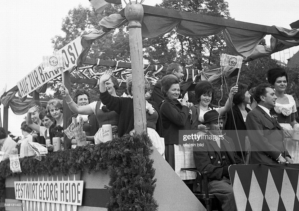 folk festival, Munich Beer Festival 1966, Entry of the Oktoberfest Staff and Breweries, traditional costume parade, women and men on a brewery carriage having fun, aged 30 to 70 years, D-Munich, Isar, Upper Bavaria, Bavaria - 30.09.1966 : News Photo