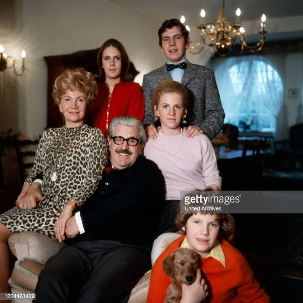 Folklore actor Willy Millowitsch with his wife Gerda, and the children Susanne, Peter , Katarina and Mariele at their living room in Cologne,...