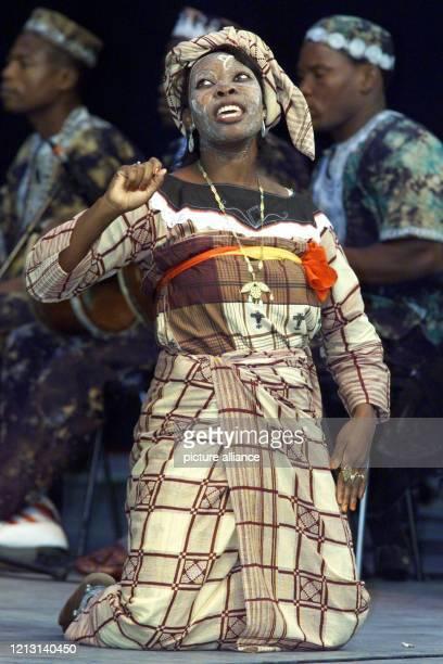 Folkloretänzerinnen der Gruppe Tufo aus Mosambik eröffnen am auf der PlazaBühne des Weltausstellungsgeländes in Hannover das kulturelle...