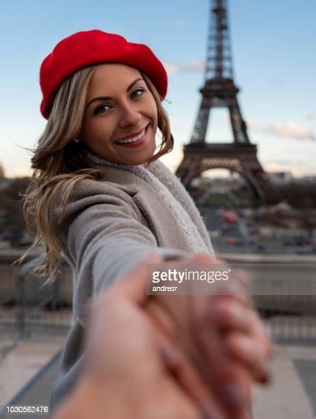 volg mij naar parijs - romantiek begrippen stockfoto's en -beelden