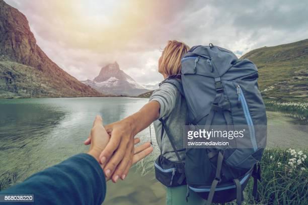 folgen sie mir in der schweiz - matterhorn, zermatt - pinnacle peak stock-fotos und bilder