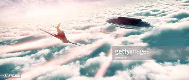 「ufo 」の戦闘機の上の雲の飛行機 - 撃つ ストックフォトと画像