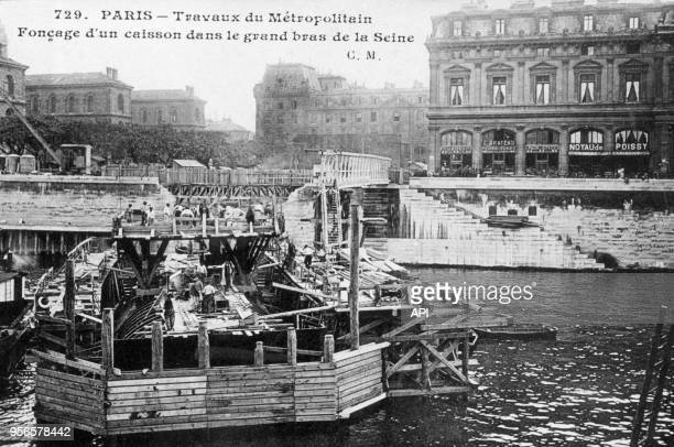 Fonçage d'un caisson dans la Seine lors des travaux de construction du métro vers 1900 à Paris en France