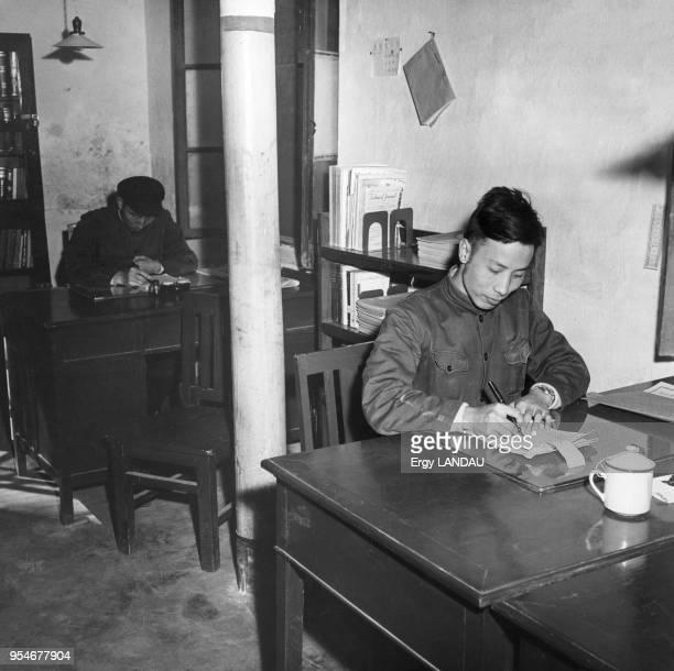 Fonctionnaire à son bureau en Chine circa 1950