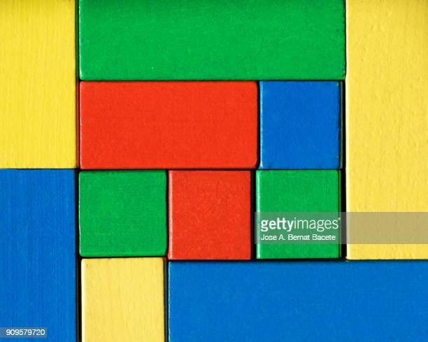 fondo de bloques de madera de colores de forma geométrica rectangular y cuadrada. - quadrado formato bidimensional - fotografias e filmes do acervo