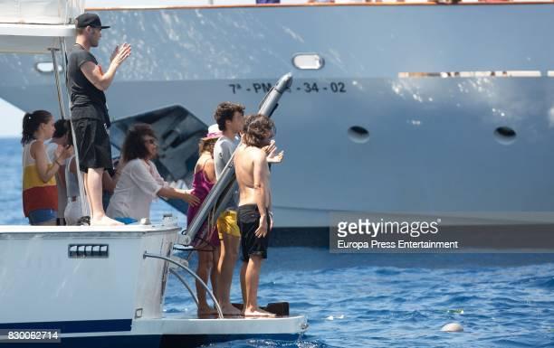 Fonsi Nieto Belinda Alonso Gelete Nieto and Hugo Nieto scatter Angel Nieto's ashes into the Mediterranean sea on August 6 2017 in Ibiza Spain
