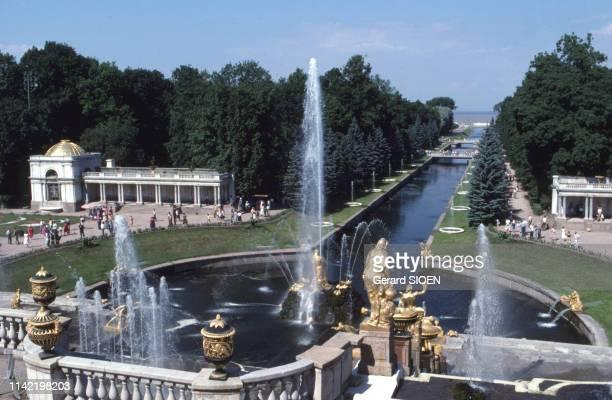 Fontaines du palais de Peterhof, près de Saint-Petersbourg, en juillet 1988, Russie.