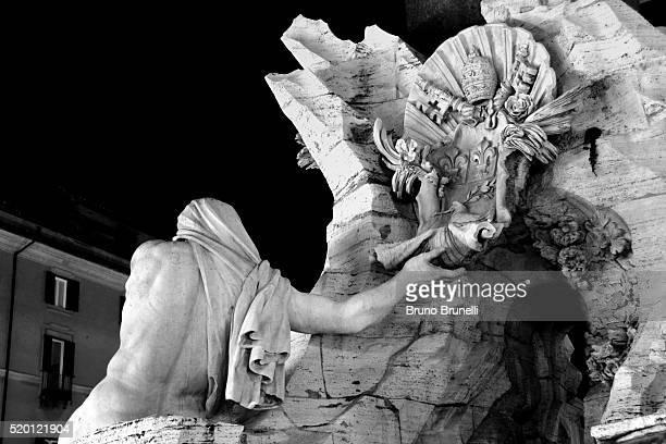 fontana dei quattro fiumi - il nilo in bianco e nero - bianco e nero stock pictures, royalty-free photos & images