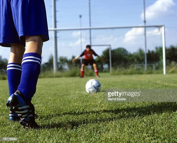 fooball player waiting to shoot penalty - calcio di punizione foto e immagini stock