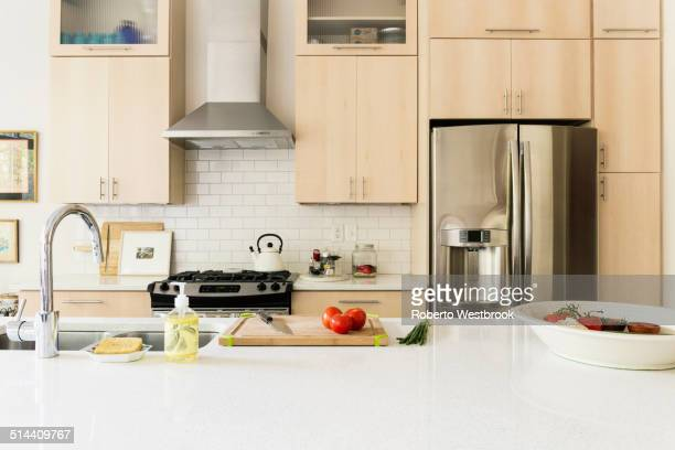 food and cooking implements on kitchen counter - pianale da cucina foto e immagini stock