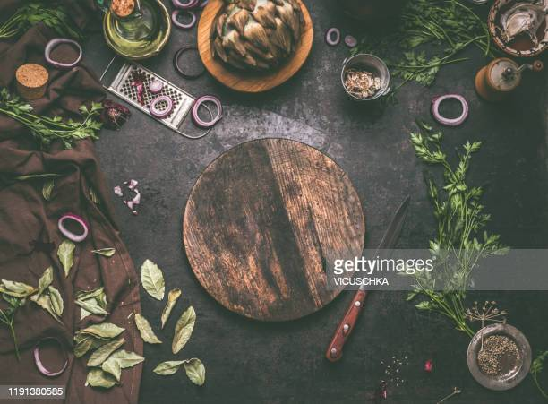 food background with empty circle wooden cutting board - chopping board stock pictures, royalty-free photos & images